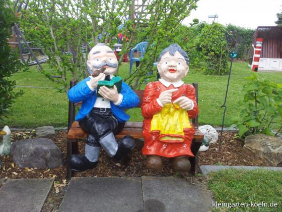 Rentnerehepaar im Garten 40